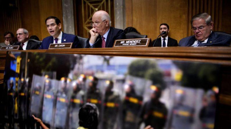 (De izq a der): El senador James E. Risch (R-ID), el senador Marco Rubio (R-FL), el senador Benjamin L. Cardin (D-MD) y el senador Robert Menéndez (D-NJ) asisten a una audiencia de la Subcomisión de Relaciones Exteriores del Senado sobre las relaciones entre Estados Unidos y Venezuela y el camino hacia una transición democrática en Capitol Hill el 7 de marzo de 2019 en Washington, DC. (BRENDAN SMIALOWSKI/AFP/Getty Images)