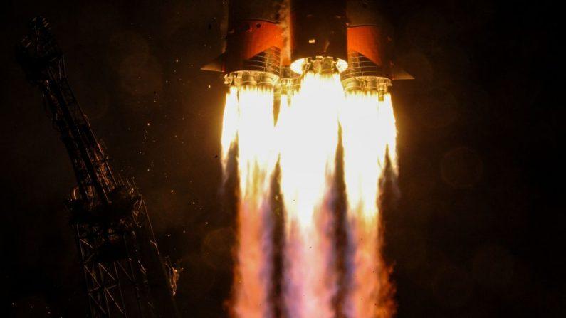 Imagen de archivo de una nave rusa Soyuz MS-12 que transporta los miembros de la Estación de la Estación Espacial Internacional (ISS) 59/60, desde el cosmódromo Baikonur arrendado por Rusia en Kazajistán el 14 de marzo de 2019. (KIRILL KUDRYAVTSEV / AFP / Getty Images)