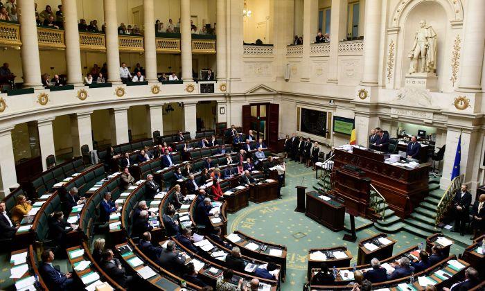 Legisladores belgas asisten a una sesión plenaria de la Cámara en el Parlamento Federal en Bruselas el 4 de abril de 2019. (LAURIE DIEFFEMBACQ/AFP/Getty Images)