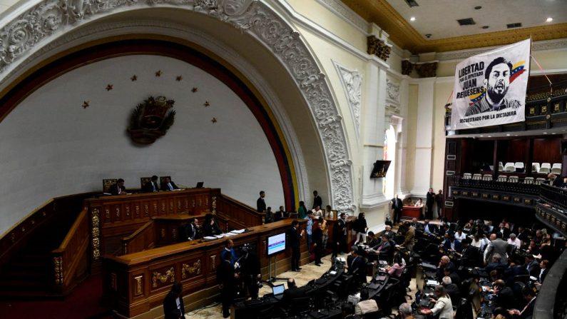 El presidente encargado de Venezuela Juan Guaido (C a la izquierda) dirige una sesión de la Asamblea Nacional en Caracas el 9 de abril de 2019. (FEDERICO PARRA/AFP/Getty Images)