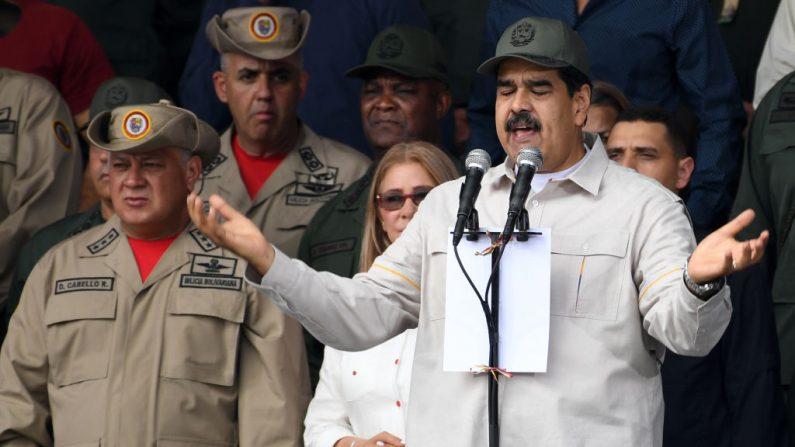 El dictador venezolano Nicolás Maduro, con su mano derecha, el presidente de la Asamblea Constituyente Diosdado Cabello, en el Complejo Militar Fuerte Tiuna, en Caracas, el 13 de abril de 2019. (YURI CORTEZ/AFP/Getty Images)