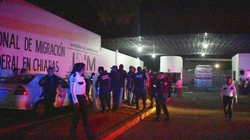 La policía federal mexicana montó guardia en un centro de detención de inmigrantes después de que un grupo de migrantes escapara, en Tapachula, Chiapas, México, el 25 de abril de 2019. - Al menos 1300 migrantes escaparon. (DAMIAN SANCHEZ/AFP/Getty Images)