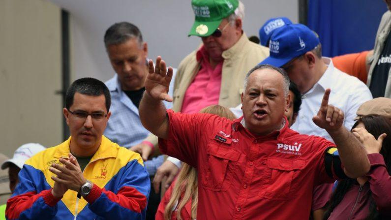 El presidente de la chavista Asamblea Constituyente, Diosdado Cabello (der), habla junto al canciller Jorge Arreaza durante una manifestación en Caracas, el 27 de abril de 2019. (YURI CORTEZ/AFP/Getty Images)