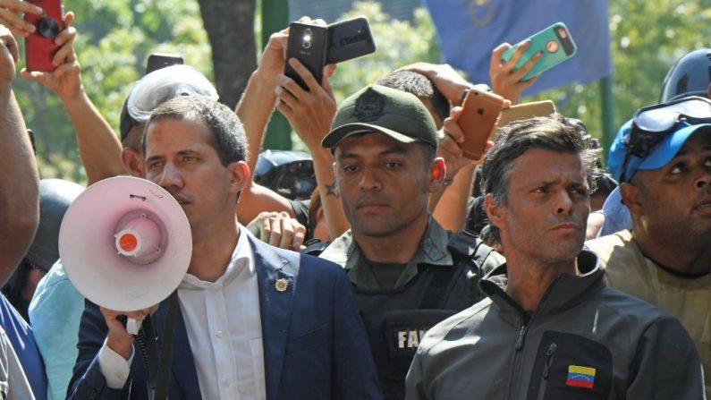 El presidente encargado de Venezuela Juan Guaidó (izq.) junto al político opositor Leopoldo López (der.), durante una manifestación contra el régimen de Nicolás Maduro en Caracas el 30 de abril de 2019. (FEDERICO PARRA/AFP/Getty Images)