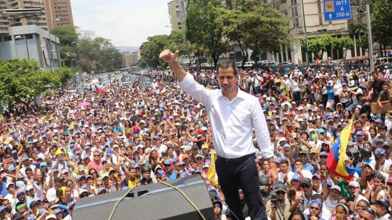 El presidente encargado venezolano Juan Guaidó durante una manifestación en la avenida Francisco de Miranda el 1 de mayo de 2019 en Caracas, Venezuela. (Edilzon Gamez/Getty Images)