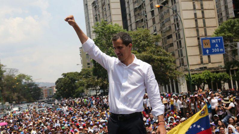 El presidente encargado de Venezuela, Juan Guaidó, saluda a sus partidarios durante una manifestación en la avenida Francisco de Miranda el 1 de mayo de 2019 en Caracas, Venezuela. (Edilzon Gamez/Getty Images)