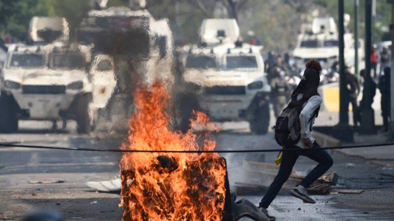 Las fuerzas de seguridad reprimen a los manifestantes que piden la salida del dictador Nicolás Maduro en los alrededores de la base militar de La Carlota en Caracas, el 1 de mayo de 2019. (YURI CORTEZ/AFP/Getty Images)