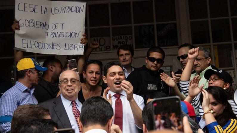 Carlos Vecchio, embajador venezolano en EE.UU. del presidente encargado Juan Guaido, llega para hablar frente a la embajada venezolana en Washington, DC, el 1 de mayo de 2019. (NICHOLAS KAMM/AFP/Getty Images)