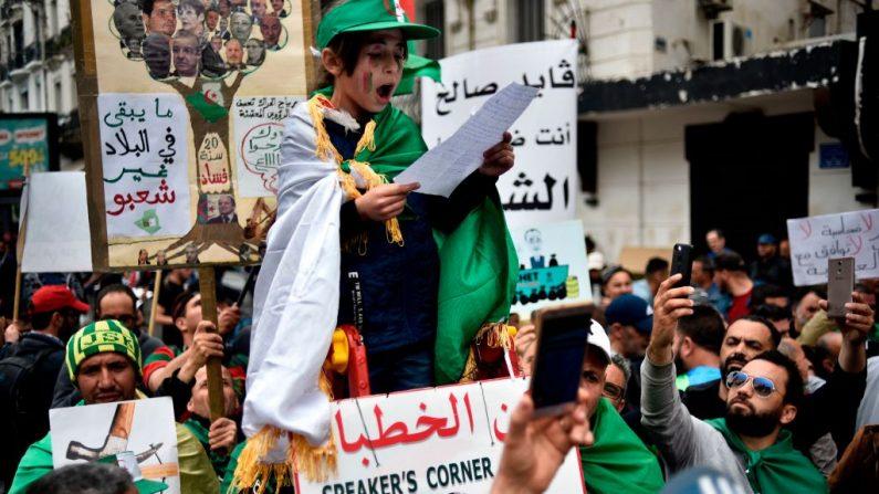 """Un niño manifestante argelino habla en el """"rincón del orador"""" durante una manifestación en la capital, Argel, el 3 de mayo de 2019. (Foto de RYAD KRAMDI/AFP/Getty Images)"""