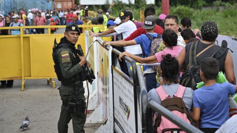 Un policía colombiano vigila el puente internacional Simón Bolívar en Cúcuta, Colombia, el 3 de mayo de 2019. (LUIS ROBAYO/AFP/Getty Images)