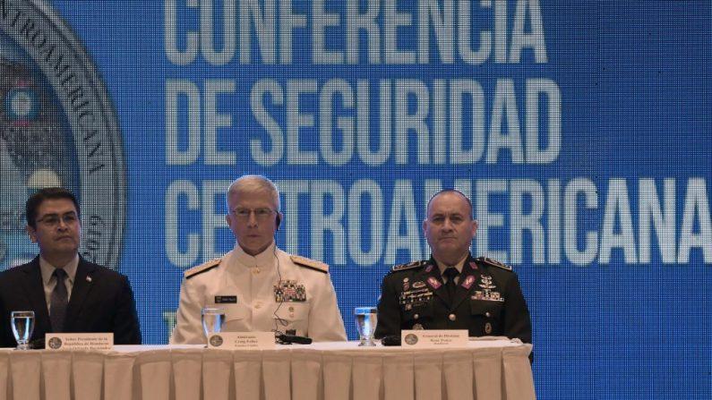 (Izq. a der.) El presidente de Honduras, Juan Orlando Hernández, el jefe del Comando Sur de Estados Unidos, Craig Faller, y el jefe del Estado Mayor Conjunto de las Fuerzas Armadas de Honduras, René Orlando Ponce, participan en la XIV Conferencia de Seguridad Centroamericana en Tegucigalpa, el 7 de mayo de 2019. (ORLANDO SIERRA/AFP/Getty Images)