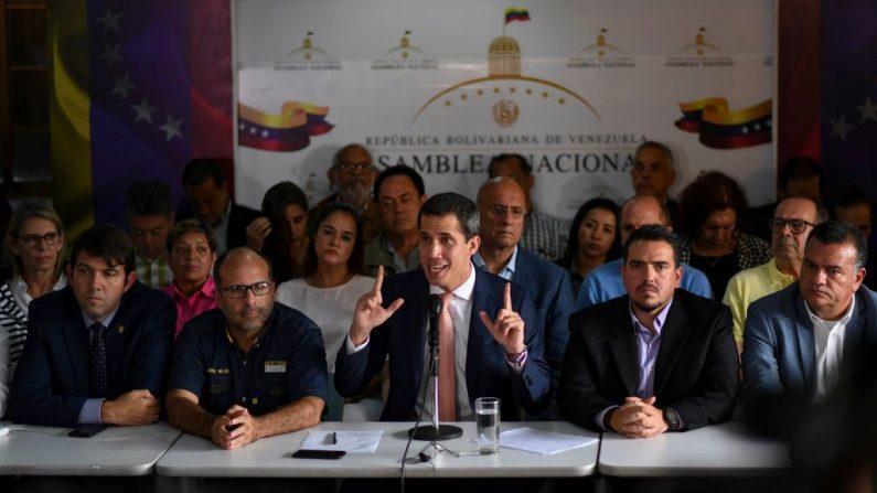 El presidente encargado de Venezuela Juan Guaido (C) da una conferencia de prensa en el barrio de Altamira en Caracas el 9 de mayo de 2019. (YURI CORTEZ/AFP/Getty Images)