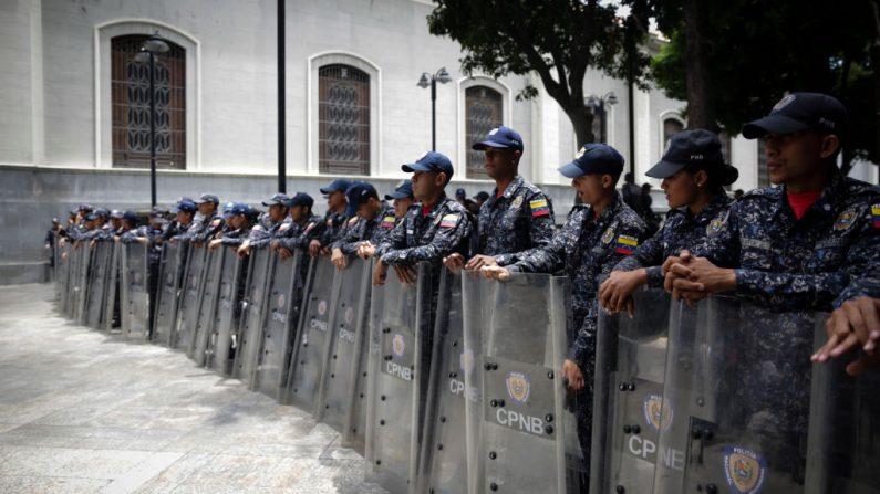 Las fuerzas de seguridad bloquean la entrada de la Asamblea Nacional, controlada por la oposición, el 14 de mayo de 2019 en Caracas, Venezuela. (Eva Marie Uzcategui/Getty Images)