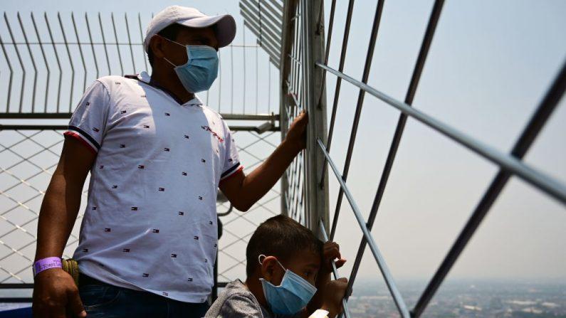 Los visitantes disfrutan de la vista -a pesar de la contaminación del aire- desde el mirador de la torre Latino América en la Ciudad de México el 14 de mayo de 2019.(PEDRO PARDO/AFP/Getty Images)