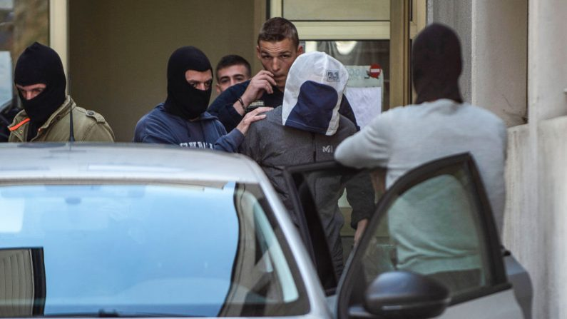 Josu Ternera (C), uno de los líderes más influyentes del antiguo grupo separatista vasco ETA, es escoltado por la policía cuando abandona el tribunal de Bonneville, Francia el 16 de mayo de 2019 tras su arresto tras más de 16 años huyendo.(ROMAIN LAFABREGUE/AFP/Getty Images)