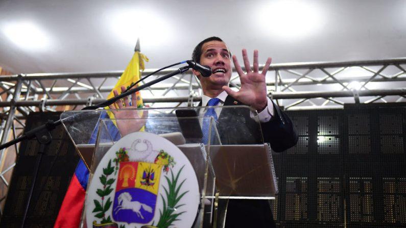 El presidente encargado venezolano Juan Guaido habla durante una reunión con profesionales y técnicos en el Auditorio de la Cámara de Comercio de Caracas, en Caracas, el 16 de mayo de 2019. (RONALDO SCHEMIDT/AFP/Getty Images)