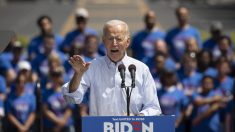 Joe Biden causa controversia en redes sociales luego de tocar a una niña de 10 años en un mitin