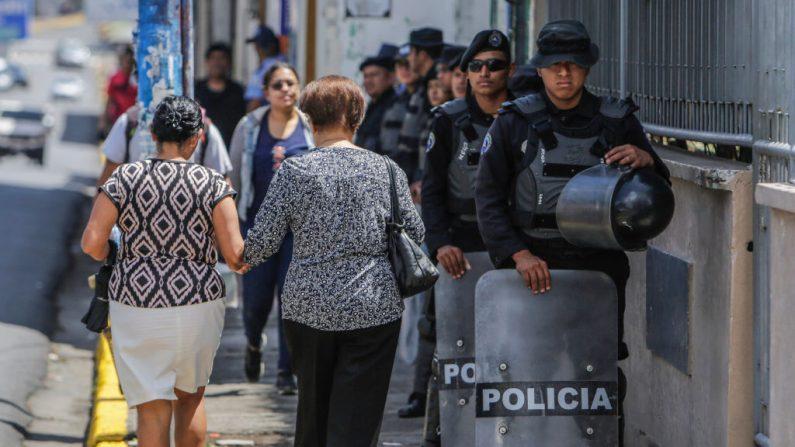 La policía antidisturbios nicaragüense hace guardia frente a la iglesia de Mologuina durante el velatorio del preso político nicaragüense Eddy Montes Praslin, asesinado en un motín en la prisión de máxima seguridad de La Modelo, en Matagalpa, a unos 124 kilómetros al sudeste de Managua, el 19 de mayo de 2019. (INTI OCON/AFP/Getty Images)