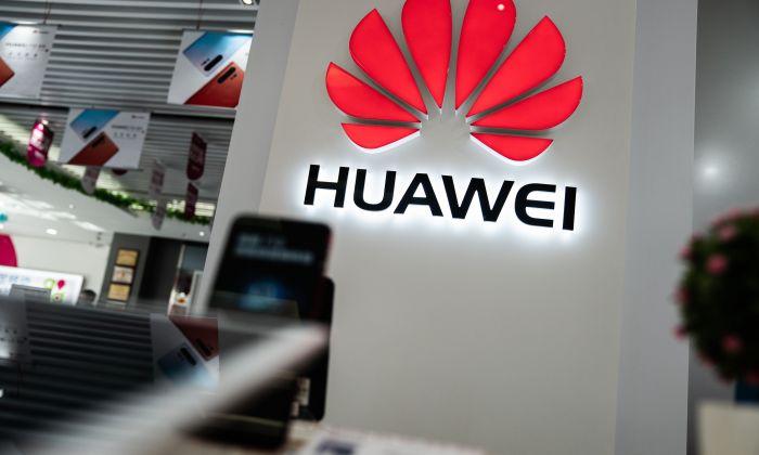El logotipo de Huawei en una tienda en Beijing, el 20 de mayo de 2019. (FRED DUFOUR/AFP/Getty Images)