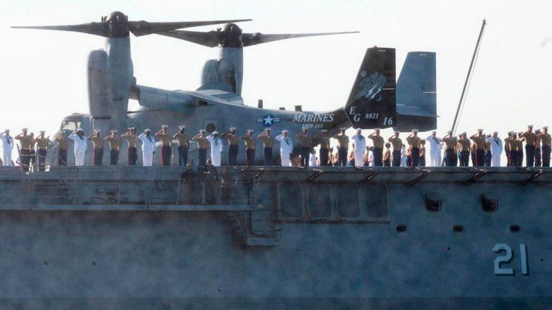 Marines y marineros saludan desde el acorazado de la Armada de los Estados Unidos USS New York, el 22 de mayo de 2019, en Nueva York. (JOHANNES EISELE/AFP/Getty Images)