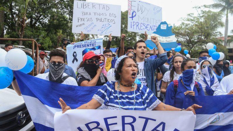 Nicaragüenses se manifiestan en la Iglesia de San Agustín durante una protesta en Managua el 26 de mayo de 2019, para que el régimen de Daniel Ortega libere a presos políticos. (INTI OCON/AFP/Getty Images)