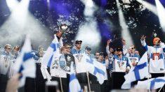 Periodista finlandés se come su artículo de prensa ante las cámaras al reconocer un error