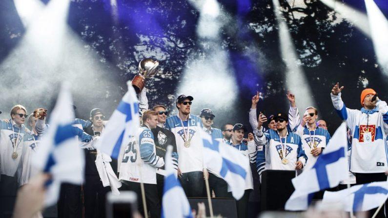 Marko Anttila, capitán del equipo finlandés de medalla de oro en hockey sobre hielo, anima a la multitud de fanáticos del hockey que se reunieron para celebrar en Helsinki, Finlandia, el 27 de mayo de 2019, un día después de ganar el Campeonato Mundial de Hockey sobre hielo IIHF 2019 en Bratislava. (RONI REKOMAA / AFP / Getty Images)