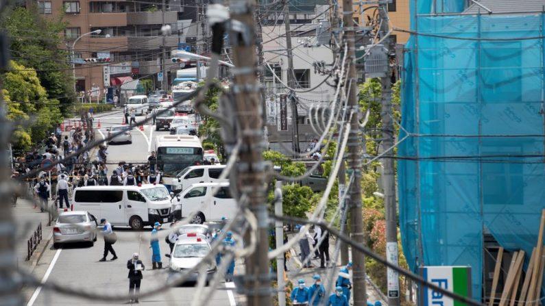 Expertos policiales investigan la escena del crimen donde un hombre apuñaló a 19 personas, en su mayoría niñas menores de 12 años de la Escuela Primaria Caritas en Kawasaki el 28 de mayo de 2019. (BEHROUZ MEHRI / AFP / Getty Images)