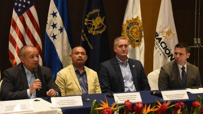 El Ministro de Seguridad de Honduras, Julián Pacheco (izq.), habla durante la clausura de la VI Reunión de Ministros y Secretarios de Seguridad del Triángulo Norte y Estados Unidos, junto al Ministro de Justicia y Seguridad Pública de El Salvador, Mauricio Ramírez (2 der.), y el Ministro de Gobierno de Guatemala, Enrique Degenhart, y el Secretario Interino de Seguridad Nacional de  Estados Unidos, Kevin McAleenan, en la Ciudad de Guatemala el 28 de mayo de 2019. (JOHAN ORDONEZ/AFP/Getty Images)