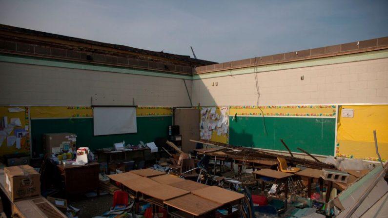 El 28 de mayo de 2019, en Dayton, Ohio, se ve un aula dañada de una escuela, después de que poderosos tornados azotaron el estado de los Estados Unidos durante la noche, causando por lo menos una fatalidad y daños generalizados y cortes de electricidad. (SETH HERALD/AFP/Getty Images)
