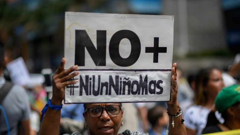 Manifestante durante una protesta por la muerte del cuarto niño en un mes, frente al Hospital José Manuel de los Ríos de Caracas, el 29 de mayo de 2019. (FEDERICO PARRA/AFP/Getty Images)