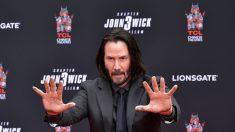 Keanu Reeves inmortaliza sus huellas y firma en el Paseo de la Fama de Hollywood