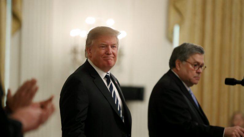 El presidente Donald Trump (I) se encuentra con el Fiscal General William Barr antes de la presentación de las Medallas de Valor del Oficial de Seguridad Pública en la Sala Este de la Casa Blanca el 22 de mayo de 2019. (Mark Wilson / Getty Images)
