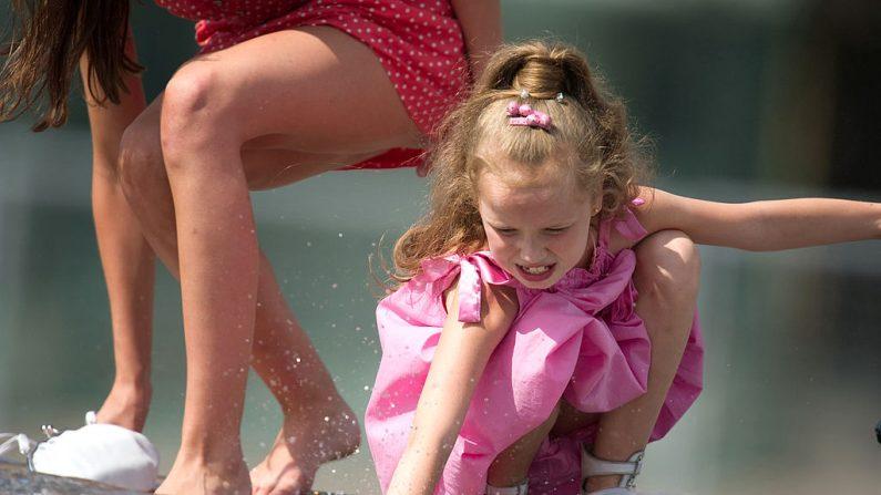 Niña juega con el agua en Moscú en una imagen de archivo, (DMITRY KOSTYUKOV/AFP/Getty Images)