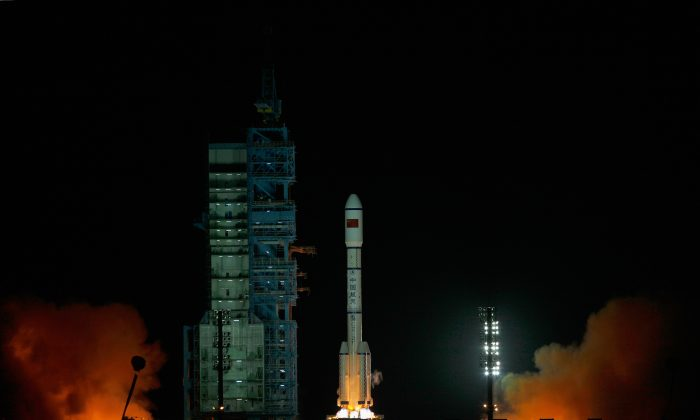Un cohete Long March 2F que lleva el primer módulo laboratorio espacial de China, Tiangong-1, despega del Centro de Lanzamiento de Satélites Jiuquan, el 29 de septiembre de 2011 en Jiuquan, provincia de Gansu, China. (Foto de Lintao Zhang/Getty Images)