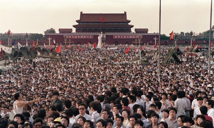 Esta foto de archivo tomada el 2 de junio de 1989 muestra a cientos de miles de chinos reunidos en torno a una réplica de la Estatua de la Libertad, llamada la Diosa de la Democracia, en la Plaza de Tiananmen, exigiendo democracia a pesar de la ley marcial en Beijing. (Catherine Henriette/AFP/Getty Images)