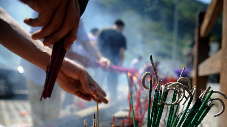 Los residentes en China dan ofrendas y lloran a los muertos. (STR/AFP/Getty Images)