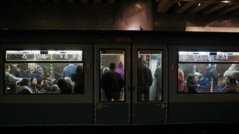 Personas viajando en el metro de Santiago de Chile. (JUAN BARRETO/AFP/Getty Images)