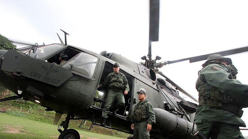 Foto de archivo del General Vladimir Padrino López (izq) bajando de un helicóptero en Tachira, al sur de Caracas, 16 de mayo de 2014. (George CASTELLANO/AFP/Getty Images)