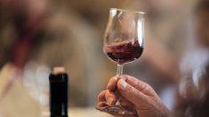Mesera sirve por error una botella de vino de 5700 dólares. La reacción del restaurante es viral