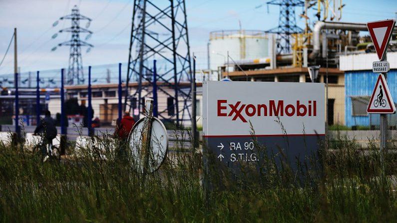Una refinería de ExxonMobil en el noroeste de Francia. (CHARLY TRIBALLEAU/AFP/Getty Images)