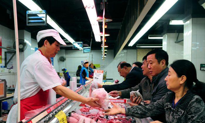 Clientes chinos compran carne de cerdo en un supermercado de Jiujiang, en la provincia de Jiangxi, al este de China (STR/AFP/Getty Images)