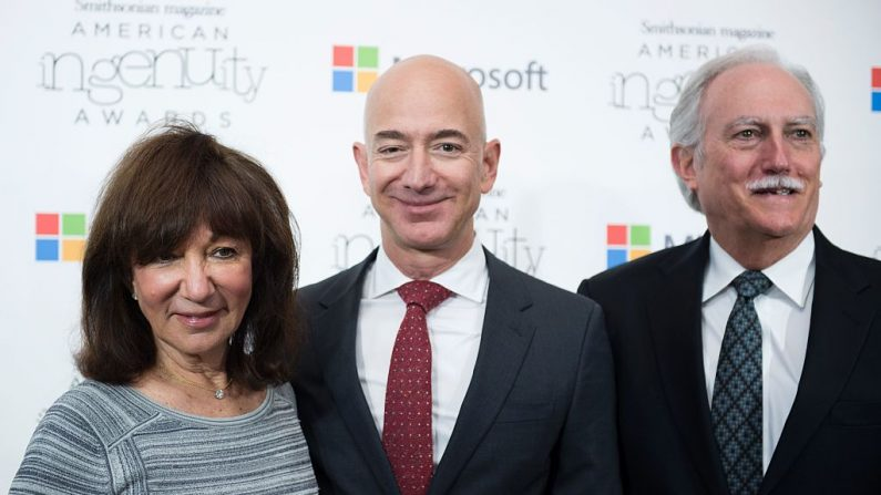 Amazon CEO Jeff Bezos poses on the red carpet with his parents Mike and Jackie, for the Smithsonian Magazine's 2016 American Ingenuity Awards, honoring groundbreaking individuals in several categories, at the National Portrait Gallery on December 8, 2016 in Washington, DC.    Amazon CEO Jeff Bezos received the Technology award for  his historic achievement in aviation and space exploration. / AFP / MOLLY RILEY        Jeff Bezos, CEO de Amazon, posa en la alfombra roja con sus padres Mike y Jackie, para los Premios al Ingenio Americano 2016 de la Revista Smithsonian, el 8 de diciembre de 2016 en Washington, DC. (MOLLY RILEY/AFP/Getty Images)