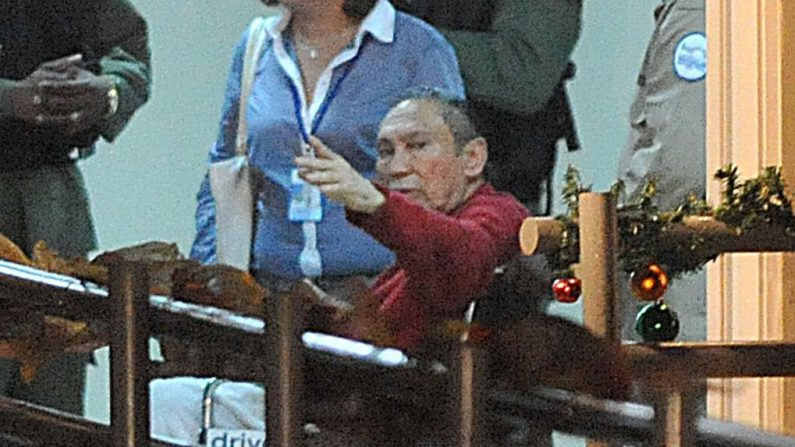 El ex dictador panameño Manuel Noriega (rojo) después de llegar a la prisión de Renacer, 25 km al sureste de la ciudad de Panamá, el 11 de diciembre de 2011. El ex dictador panameño Manuel Noriega, después de más de dos décadas en las cárceles de Estados Unidos y Francia, regresó a su país donde permaneció encarcelado hasta su muerte en 2017. (RODRIGO ARANGUA/AFP/Getty Images)