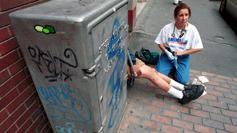 Enfermera atiende a un indigente agredido. Imagen de archivo Darren McCollester/Newsmakers)