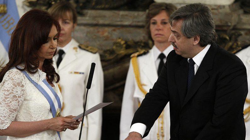 Alberto Fernández es juramentado como Jefe de Gabinete por la expresidente argentina Cristina Fernández de Kirchner, durante una ceremonia en el palacio presidencial de Buenos Aires el 10 de diciembre de 2007. (ALEJANDRO PAGNI/AFP/Getty Images)