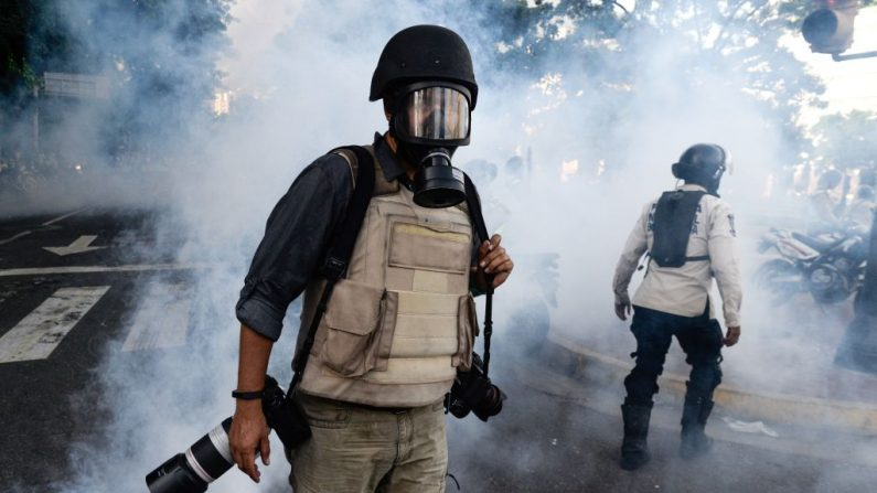Chaleco antibalas, casco protector y una máscara antigás, el equipo de un fotoperiodista para cubrir las manifestaciones contra el régimen de Nicolás Maduro en Venezuela. (FEDERICO PARRA/AFP/Getty Images)