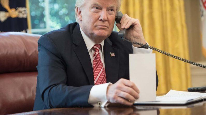 Foto de archivo del presidente de Estados Unidos, Donald Trump, hablando por teléfono en el Salón Oval de la Casa Blanca, el 27 de junio de 2017. (NICHOLAS KAMM/AFP/Getty Images)
