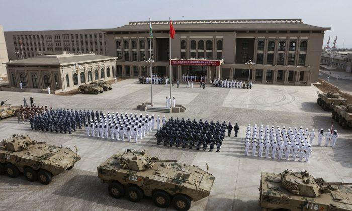 Formaciones militares del Ejército Popular de Liberación de China asisten a la ceremonia de apertura de la nueva base militar de China en Djibouti, África, el 1 de agosto de 2017. (STR/AFP/Getty Images)
