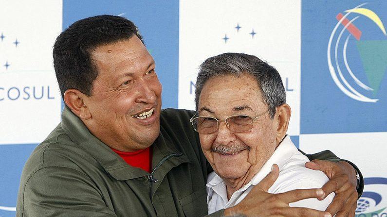 Hugo Chávez (izq.) de Venezuela y Raúl Castro de Cuba, se abrazan mientras el presidente brasileño Luiz Inácio Lula da Silva (abajo) sonríe durante la Cumbre del Mercosur, en Sauipe, Brasil, el 16 de diciembre de 2008. (EVARISTO SA/AFP/Getty Images)